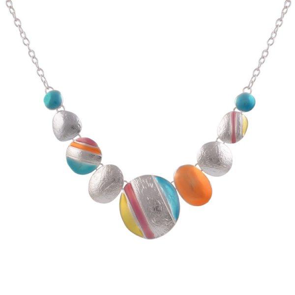 Superbe collier composé de pastilles en métal martelé multicolores, monté sur une chaine argentée.