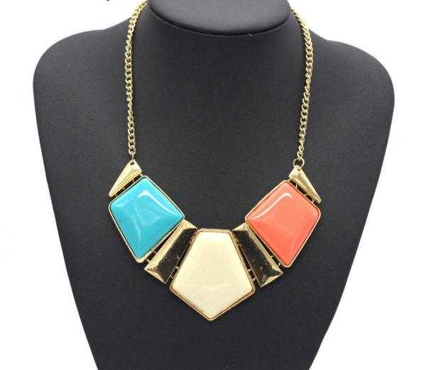 Superbe collier d'un trio de pentagones multicolores, monté sur une chaine dorée.